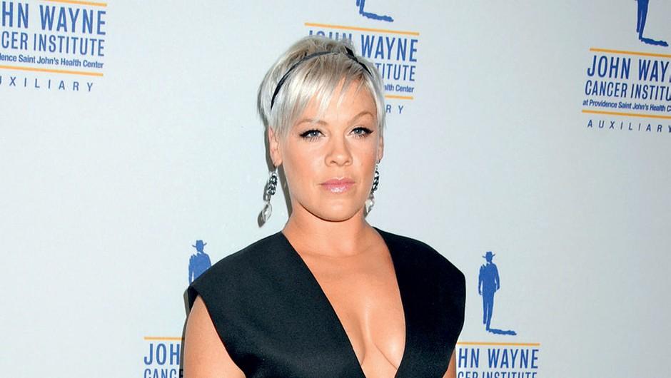 Črna obleka, ki jo je aprila nosila  na neki dobrodelni prireditvi,  po mnenju kritikov ni bila primerna  za njeno menda preobilno postavo. (foto: Profimedia)