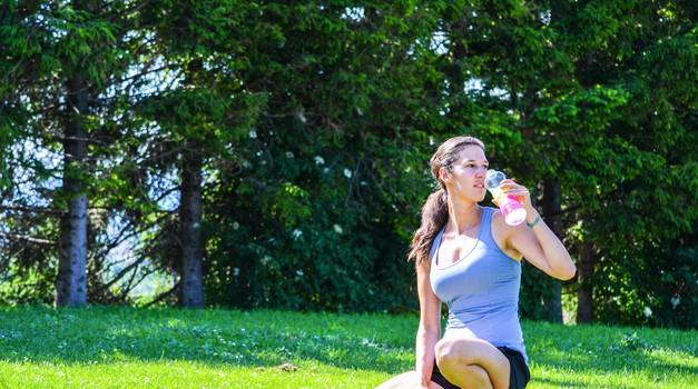 Ali ti pitje vode pomaga shujšati? (foto: Nuša Gnezda)