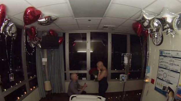 Ganljivo: Svojo srednješolsko ljubezen je zaprosil na zadnji dan njene kemoterapije (foto: Youtube)