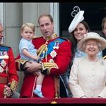 Princ George prvič na balkonu buckinghamske palače (foto: Profimedia)