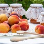 Breskve - so prava zakladnica vitaminov A in C, kalija in vlaknin. Ker gre za eno bolj škropljenih vrst sadja, je priporočljivo jesti bio breskve ali pa jih prej oprati v vodi, ki ji je dodana soda bikarbona. (foto: Profimedia)