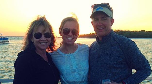 Sydney s svojo mamo in očetom (foto: Twitter)