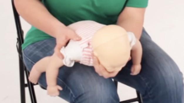 To lahko otroku, ki se duši, reši življenje! (foto: YouTube print screen)