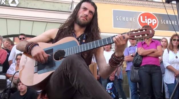 Estat Tonne je sodobni trubadur, ki osupne vsakega, ki ga sliši igrati. (foto: Youtube)