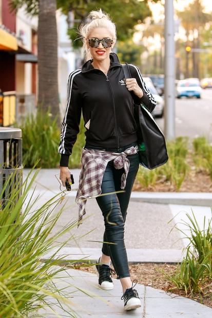 Gwen Stefani nikoli ne odstopa od svojega značilnega športnega sloga, zaradi česar nam je toliko bolj všeč. Tokrat preprosto 'zažiga' …