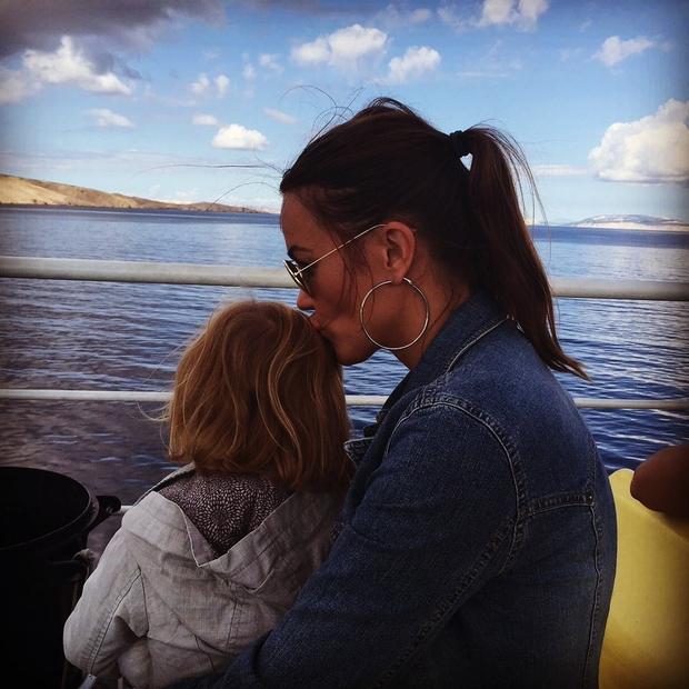 """""""Morje ljubi nebo, jaz pa njo!!!"""" tako je ob tem čudovitem morskem utrinku s hčerko Šajano zapisala Rebeka Dremelj. V …"""
