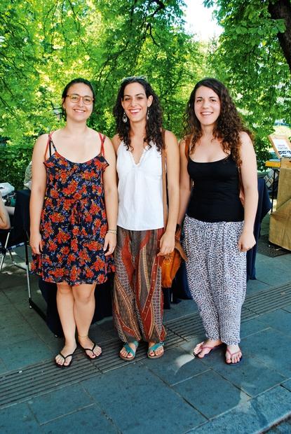 Maria, 20 let, Berta, 22 let, in Neos, 21 let Vse tri pojemo v dekliškem zboru Katalonije, s katerim tudi …