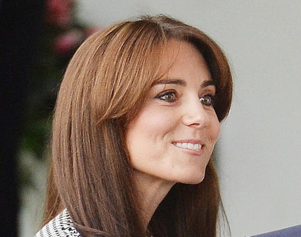 Takole! Kate Middleton se je z novo frizuro udeležila pogovorov v centru Anne Freud v Londonu, kjer je poslušala o …
