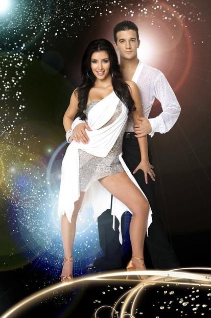 Kim je sodelovala v sedmi sezoni te priljubljene plesne oddaje. Njen soplesalec pa je bil postavni Mark Ballas, ki je …