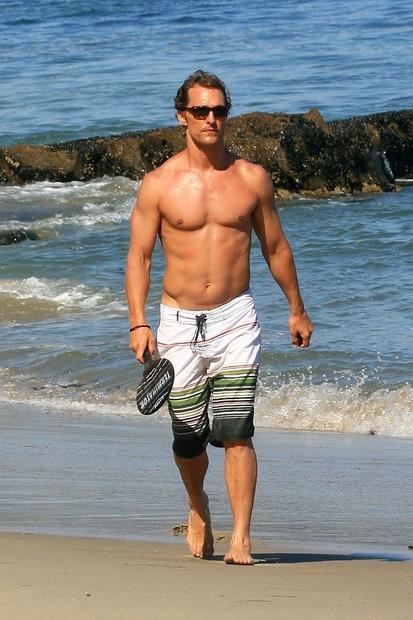 Se še spomniš postavnega Matthewa, kako teka po plaži zgoraj brez in si …