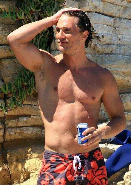 … z roko popravlja morke lase? No trenutno je seksi McConaughey videti takole …