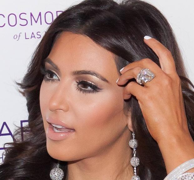 Ta megalomanski zaročni prstan je Kim Kardashian prejela od svojega zaročence in kasneje moža Krisa Humphriesa, s katerim pa je …