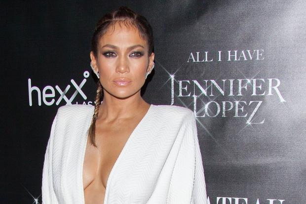 To je Jennifer Lopez, kakršno smo je vajeni. Sijoč videz kože, nežno roza bleščilo in močno poudarjene oči. In to …