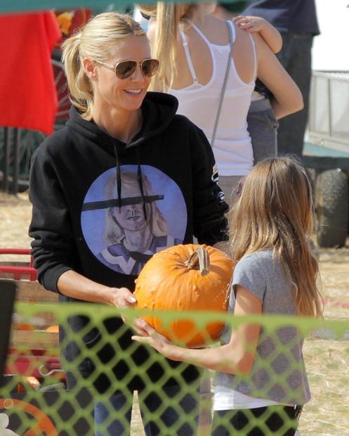 Heidi Klum je na sejmu buč v Hollywoodu popolno bučo iskala s svojo hčerko Leni.