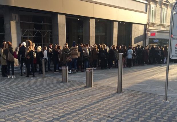 FOTO: Kolekcija Balmain x H&M po eni uri v Sloveniji že skoraj razprodana!