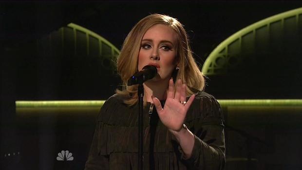 27-letna Adele, ki s svojo megauspešnico Hello brzi proti milijardi ogledov na Youtubu, je na finalu britanskega X Factorja predstavila …