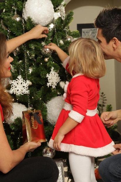 Njeno božično jelko krasijo srebrne bunkice.