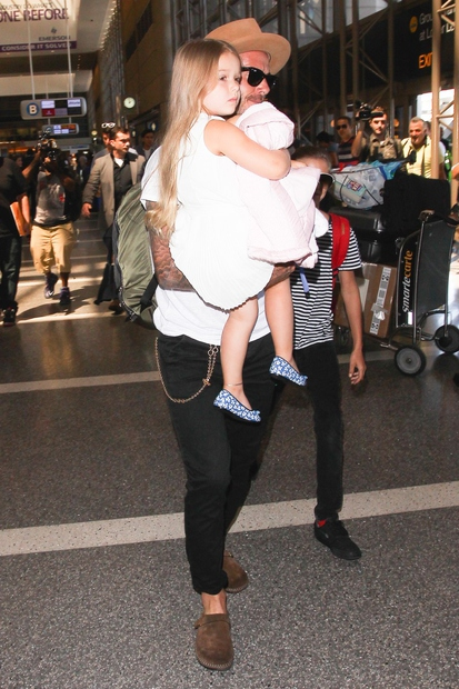 David Beckham je povedal še, da je svoji ženi Victoriji prepovedal, da bi Harper ostrigla. Tako ima mala svetlolaska lase …