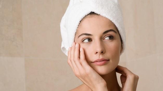 Zakaj ne bi smela las nikoli zavijati v brisačo? (foto: brisača)