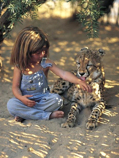 Njena starša sta francoska poklicna fotografa Sylvie Robert in Alain Degré, ki sta tik pred dekličinim rojstvom sprejela odločitev, da …