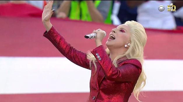 VIDEO:  Lady Gaga je vse presenetila! Brilijantno je odpela ameriško himno (foto: Profimedia)