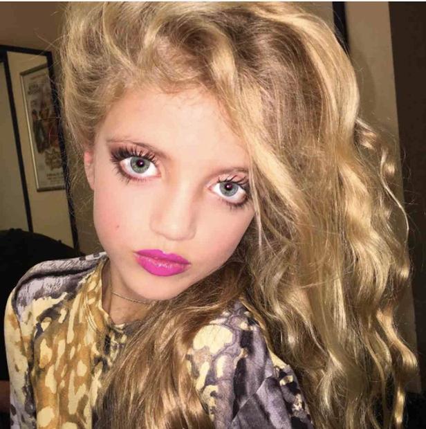 FOTO: Zvezdnico kritizirajo, ker tako močno lišpa 8-letno hčerko