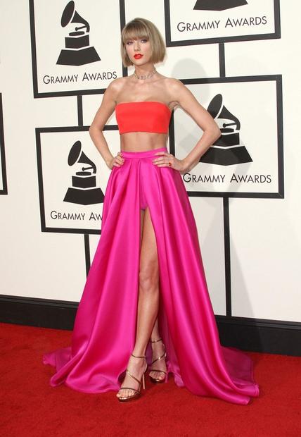 Taylor Swift je blestela v oranžno-roza kombinaciji. Domov je odnesla glavnega Grammyja - namreč Grammyja za album leta, in sicer …