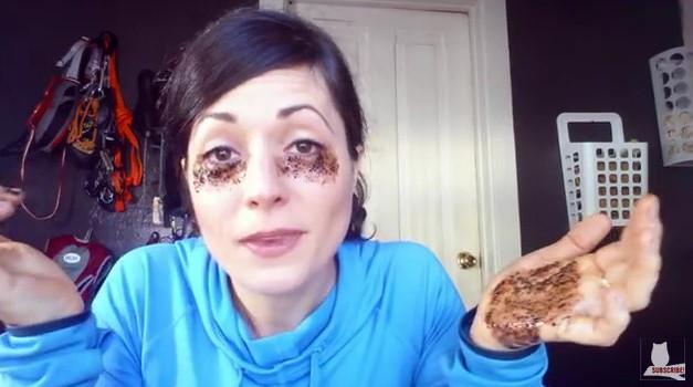 VIDEO: Pod oči je vtrla kavo in poper, poglej si rezultat! (foto: Youtube)