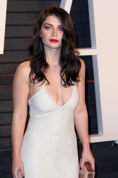 V čudoviti beli obleki je še kako opozorila nase, saj je obračala poglede in si zagotovo izborila številne plus točke …