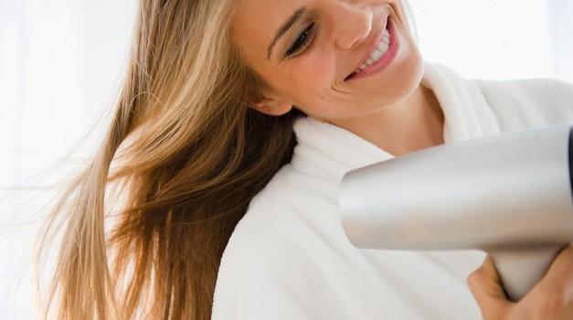 Kako uporabljati sušilnik las tako, da las ne poškoduješ? (foto: profimedia)