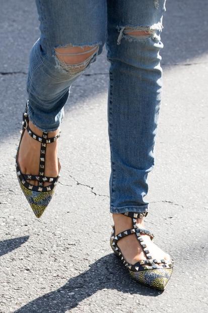 okovanih sandalih s pisanimi kristalčki. Poglej, kako čudovito ...