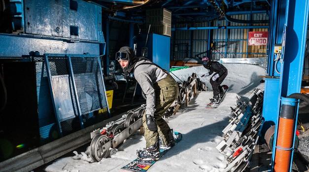 Ekipa deskarjev na snegu prebudila naše speče smučišče (foto: Chris Wellhausen)