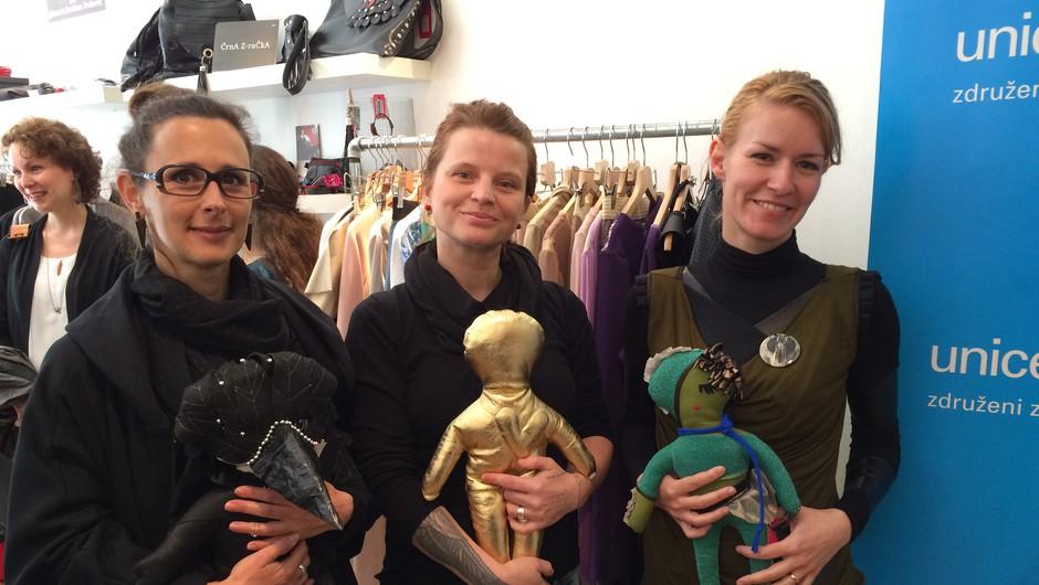 Oblikovalke Tina Pavlin, Editta Zelolepo in Simona Kogovšek s punčkami (foto: UNICEF)