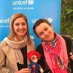 Oblikovalka Sanja Grcić s posvojiteljico in punčko Cvetko (foto: UNICEF)