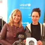 Oblikovalka Neli Štrukelj s posvojiteljico in punčko Anelizabeto (foto: UNICEF)