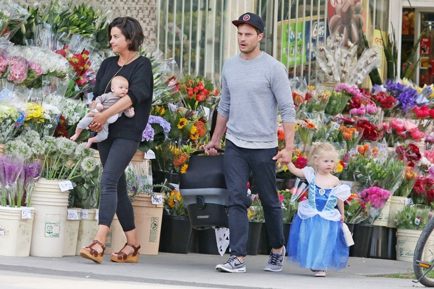 Seksi očka so z malo dojenčico, ženo Amelio Warner in dve in polletno hčerkice Dulcie fotografi ujeli v ...
