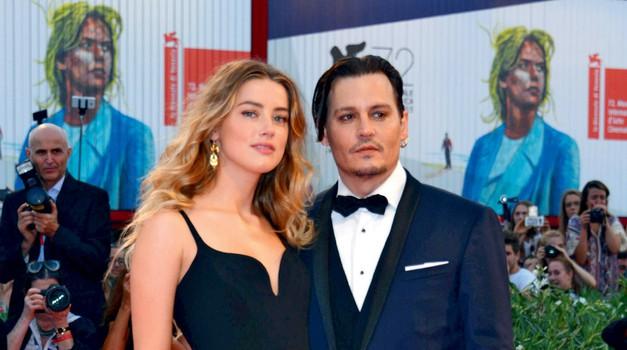 Po ločitvi na dan prihaja vse več umazanih stvari o zakonu Johnnyja in Amber (foto: Profimedia)