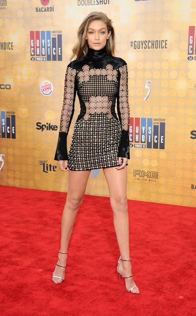 prosojno črno obleko, ki je razkrila njene dooolge in lepo oblikovane noge. Pogled na Gigi je bil ...