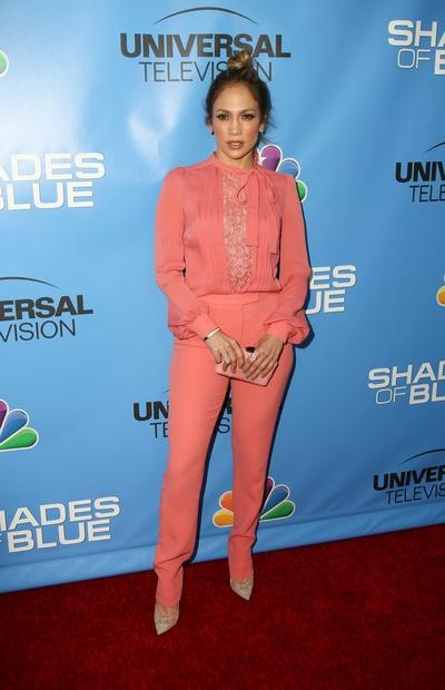 Jennifer Lopez, ki je videti vsako leto bolje, je tokrat smuknila v roza pajac, ki je čudovito poudaril njeno ženstvenost ...