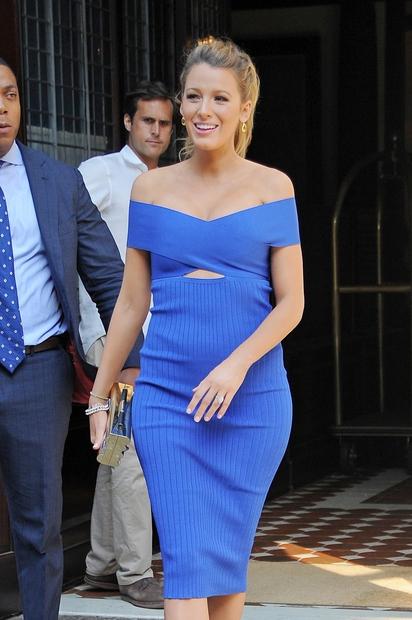 Ta teden nas je očarala s čudovito modro obleko brez naramnic, h kateri je obula ...