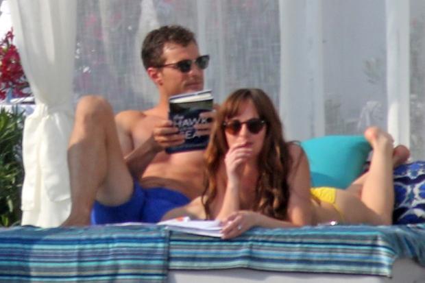 Snemanje je potekalo v Franciji na Azurni obali v mestu Nica, kjer sta Dakota in Jamie vzbujala pozornost z vročimi …