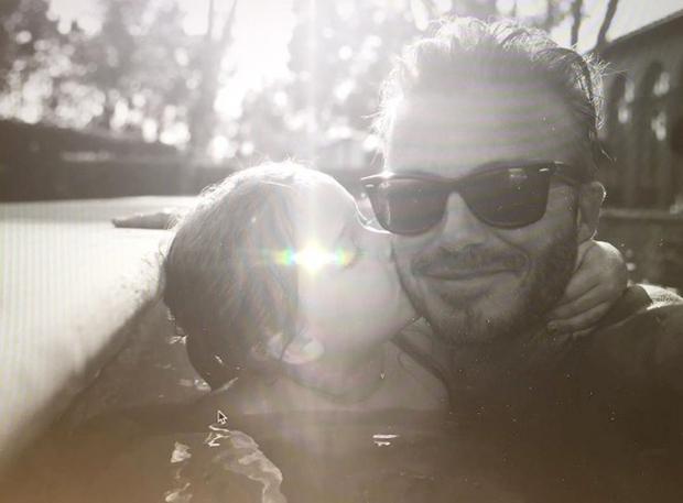 na kateri ga Harper poljublja na lica. Victoria seveda ni prva zvezdnica, ki je objavila fotografijo materinskega poljuba. Aprila letos …