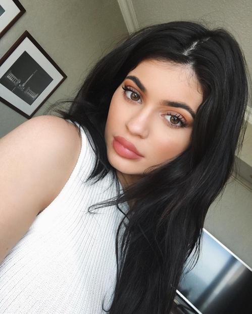Kylie Jenner smo navajeni z dolgimi lasmi in s številnimi lasuljami. Kot kaže je tokrat lasulje in podaljške postavila v …
