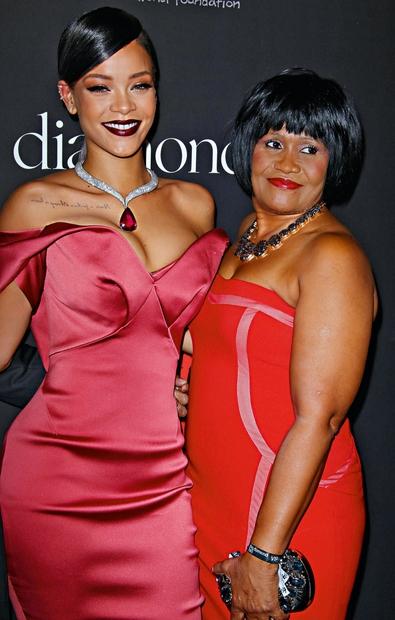 Rihanna - MONICA FENTY: Razlog za Rihannin eksotični videz je zagotovo mešanica krvi z vsega sveta, h kateri nekaj prispevajo …
