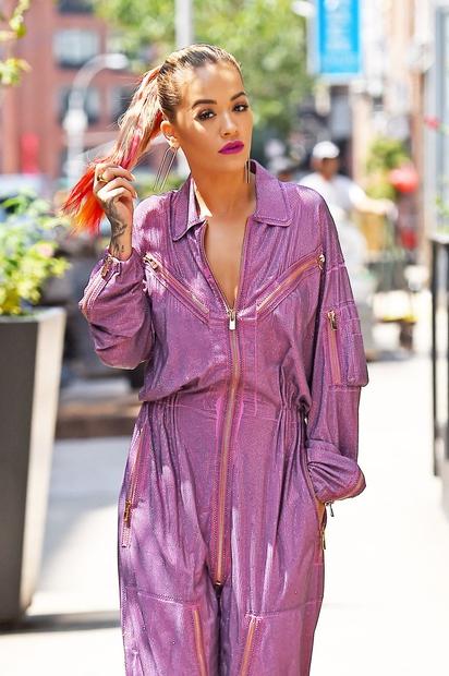 Rita Ora je potepanje po newyorških ulicah odlično izkoristila za pritegovanje pozornosti. V istem dnevu so jo fotografi opazili v …