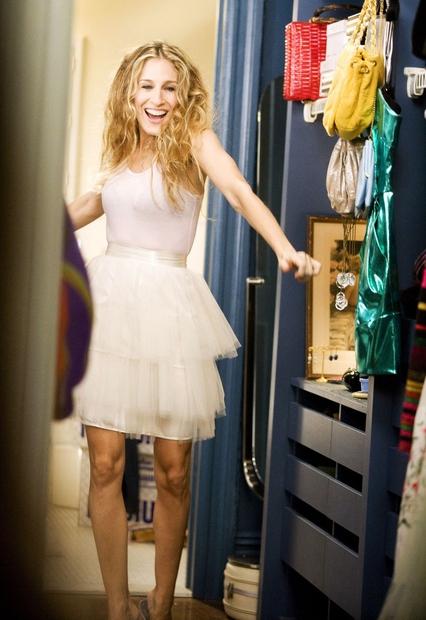 2. RABLJENA OBLAČILA Se spomnite Carriejine modne oprave v uvodni špici serije? Ko v rožnatem tutuju opazuje svojo fotografijo na ...