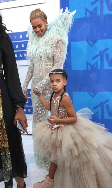 Beyonce je na podelitev prišla s svojo hčerkico Blue Ivy. Pevka je tudi sicer na letošnjih video nagradah MTV požela …
