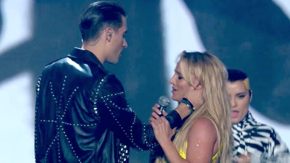 VIDEO: Poglej, kako očitno se je Britney na nastopu izognila poljubu (foto: YouTube printscreen)