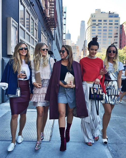 1. Maja Malnar Punca se s svojimi najljubšimi kolegicami iz sveta mode sprehaja po ulicah New Yorka, kjer se je …