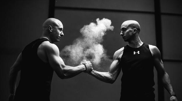 Na fotografiji akrobata Blaž Stanič in Filip Kržišnik (foto: Jan Pirnat)